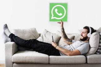 Hombre señalando logo de whatsapp business